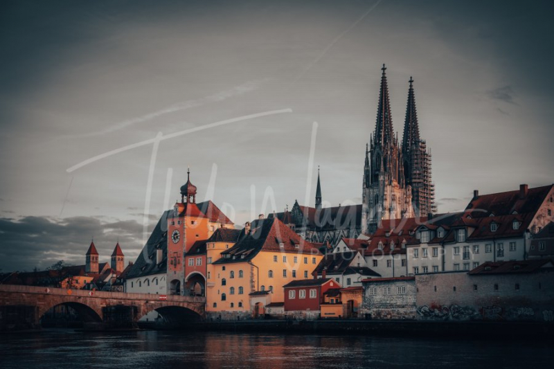 View from the Danube on the Regensburg Cathedral and Stone Bridge with lights in Regensburg in the evening, Germany - Fotografie Thilo Wagner Bayern